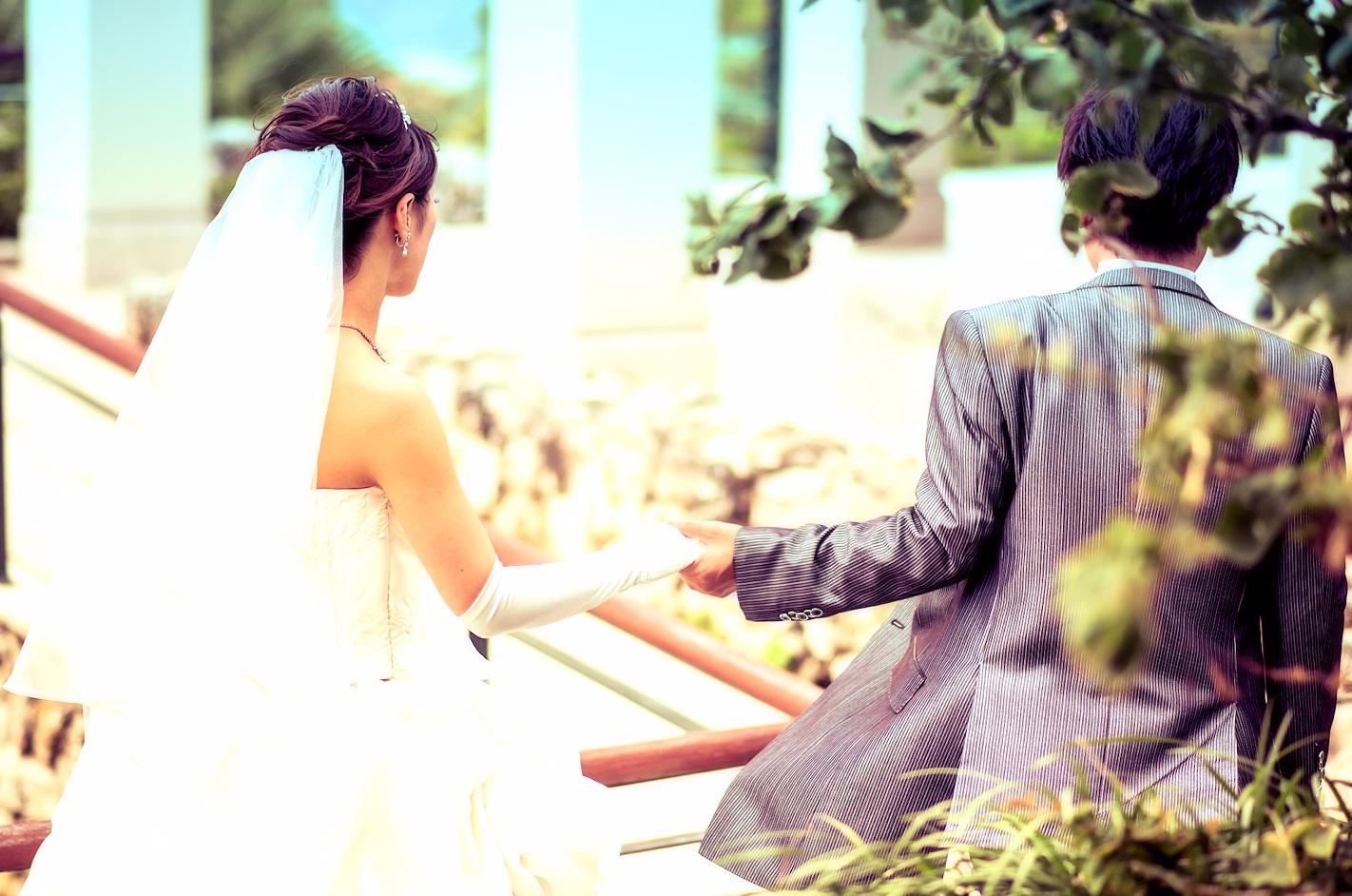 花嫁の手を優しく力強く引く花婿